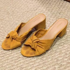 NWOT Cute mustard colored sandals 💛
